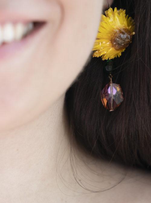 Il giallo lucente dei capolini, in questo elegante orecchino