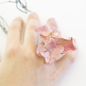 Un elegante gioiello che sboccia tra le tue mani