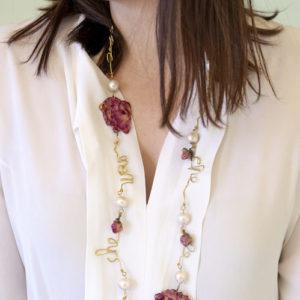 Gioiello artigianale con rose vere e perle barocche