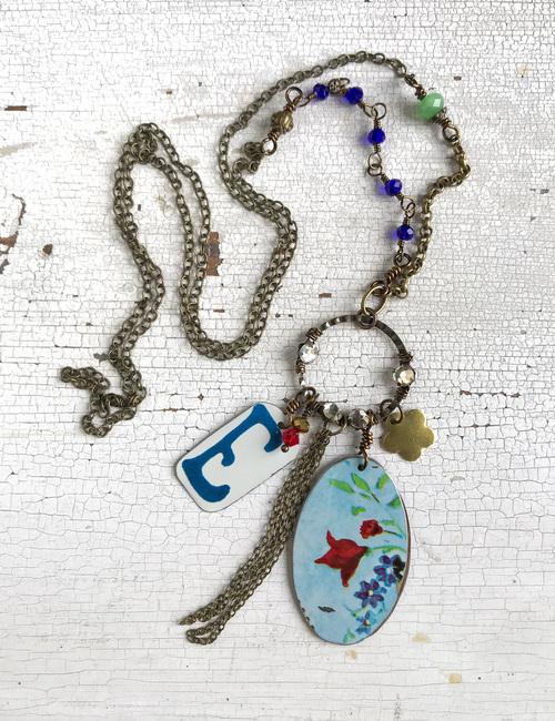 collana con iniziale e ciondoli vintage- fiordilatta-flowerista